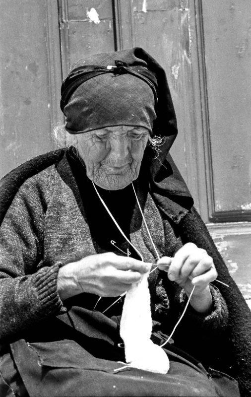 Old Knitting Woman : Old woman knitting ahandknitlife
