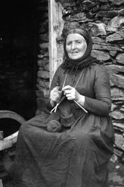 Shetland woman knitting wl